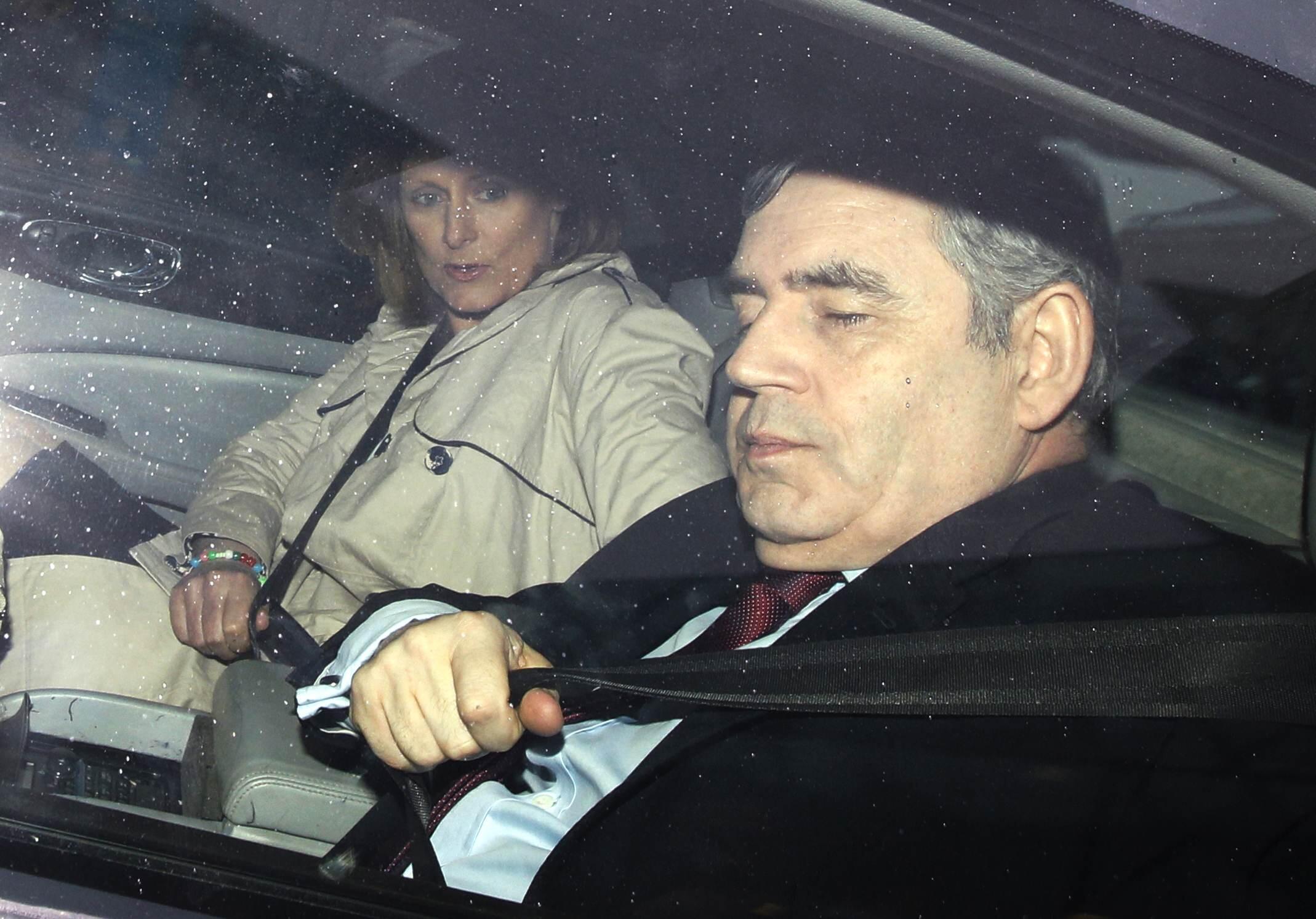 Gordon Brown et son épouse dans leur voiture. Conscient que cette gaffe pourrait lui faire perdre plus qu'une électrice, Gordon Brown a tout fait pour tenter de se faire pardonner.