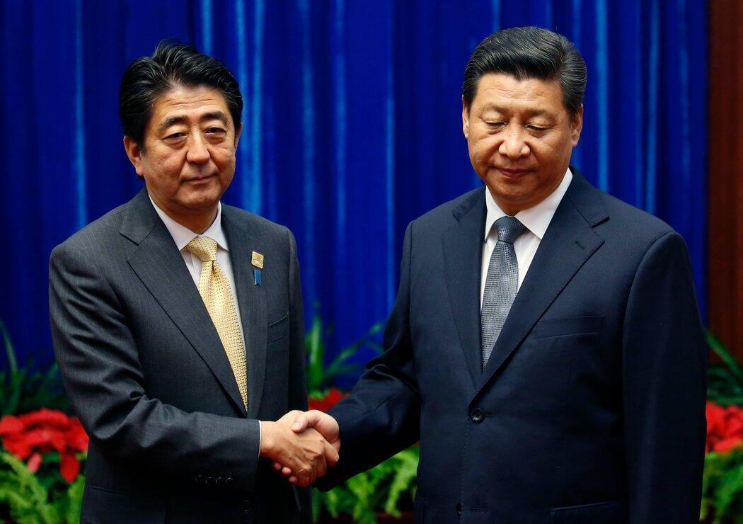 资料图片:日本首相安倍晋三(左)与中国国家主席习近平  2017年11月1日