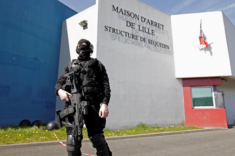 O homem mais procurado da França, Redoine Faid, foi transferido para a prisão de Vendin-le-Vieil, no norte do país.