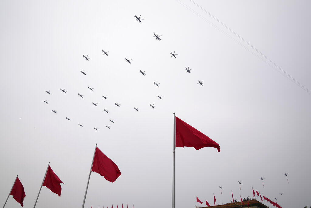 """中共百年党庆,在天安门广场上空,直升机、战斗机分别组成""""100""""、""""71""""字样。"""