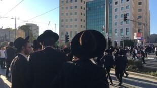 Les ultra-orthodoxes sont exemptés de service militaire lorsqu'ils sont inscrits dans une école religieuse. Mais s'ils ne justifient pas de leur statut, l'armée tente de les incorporer de force. ...