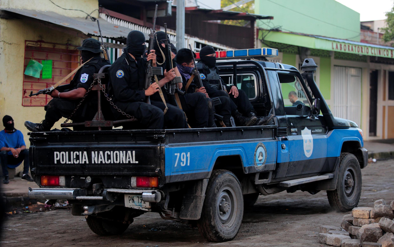 Patrouille des forces spéciales nicaraguayennes dans une rue de Masaya, le 17 juillet 2018.