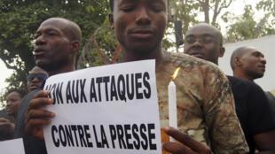 Des journalistes togolais se sont rassemblés jeudi 8 janvier devant l'ambassade de France à Lomé, en soutien à «Charlie Hebdo».