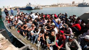 Des clandestins accostent le 10 mai 2017 à la base navale de Tripoli en Libye après avoir été sauvés par des garde-côtes libyens.