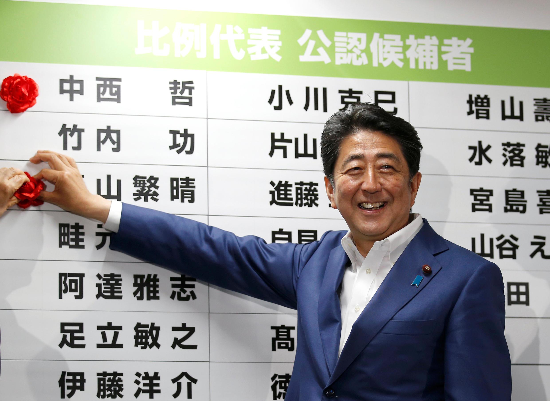日本首相安倍晋三在自民党总部 2016年 7月 10日