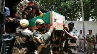 印度總理莫迪訪問克什米爾,印巴邊界衝突正激烈,棺材裡是一名陣亡印軍遺體。 2018年5月18日