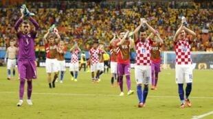 Jogadores da Croácia comemoram a vitória contra Camarões.