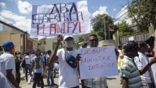 Manifestation contre les violences policières et les violations des droits humains, le 6 juillet 2020 près du ministère de la Justice à Port-au-Prince.