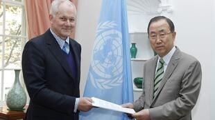 Ake Sellstrom, qui a dirigé l'enquête de l'ONU sur les armes chimiques en Syrie, transmet son rapport à Ban Ki-moon, le 15 septembre 2013.