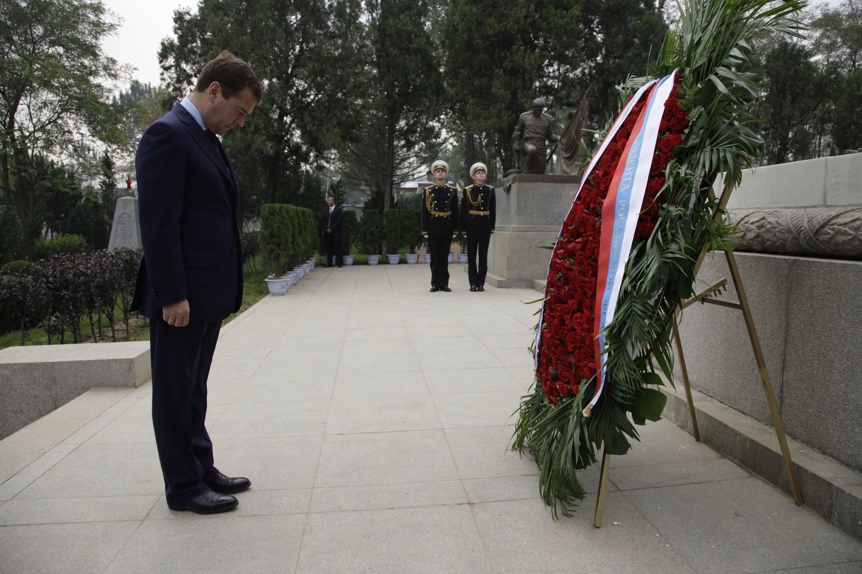 Tổng thống Medvedev đặt vòng hoa tưởng niệm các binh sĩ tử trận trong cuộc chiến tranh Nga - Nhật 1904-1905 ngày  26/9/2010