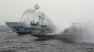 Một tầu tuần duyên Nhật xả nước vào tàu cá Đài Loan, mang theo nhiều người đòi hỏi chủ quyền đối với quần đảo Senkaku/Điếu Ngư.