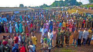 Devant un bureau de vote de Conakry pour le second tour de l'élection présidentielle, le 7 novembre 2010.