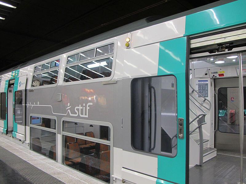 A linha de trem de subúrbio, que liga Paris a suas cidades satélites.