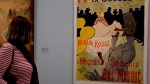 L'affiche « Moulin Rouge – La Goulue » (1891) fait « dialoguer le froufrou féminin et les raideurs masculines assez explicites ». Photo prise dans l'exposition « Toulouse-Lautrec, résolument moderne » au Grand Palais.