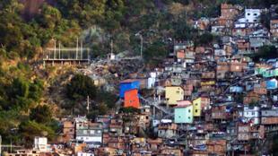 Au Brésil, la pandémie redouble d'intensité, avec plus de 2000 morts et 90 000 cas confirmés par jour. Les pauvres sont les plus touchés par le Covid-19. Le gouvernement va donc relancer un programme d'aide financière dont le montant sera d'environ 40 euros en moyenne.