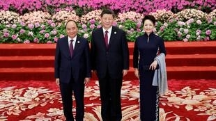 Thủ tướng Việt Nam Nguyễn Xuân Phúc (T) tham dự diễn đàn Sáng kiến Vành đai và Con đường, chụp ảnh với chủ tịch Trung Quốc Tập Cận Bình và phu nhân tại Đại Lễ Đường Nhân Dân, Bắc Kinh, ngày 26/04/2019.