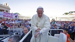 Fafaroma Francis yana diba lokaci a agogonsa a lokacin zai gabatar da jawabi ga dimbim mabiya darikar Katolika a kasar Italiya