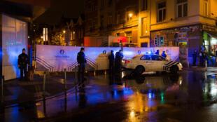 Polícia em ação em Molenbeek-Saint-Jean, na Bélgica, após os atentados de Paris.