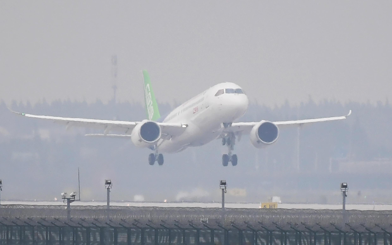 中国国产C919 飞机从上海浦东国际机场起飞,2017年资料图