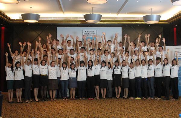 Các nghiên cứu sinh và học giả nhận học bổng VEF 2012. (Ảnh VEF)