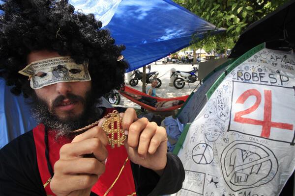 Grecia: numerosos  grupos de protesta alzan su voz contra las privatizaciones y la austeridad impuesta por el Gobierno (plaza Constitución-Syntagma de Atenas, el 7 de junio de 2011).
