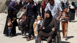 Sunitas escapan de Ramadi, ciudad estratégica, que ha caído bajo el control del autodenominado grupo Estado Islámico.