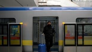 2020年2月10日,延长后的春节长假结束。北京地铁站里看不到往日人头攒动的拥挤景象。