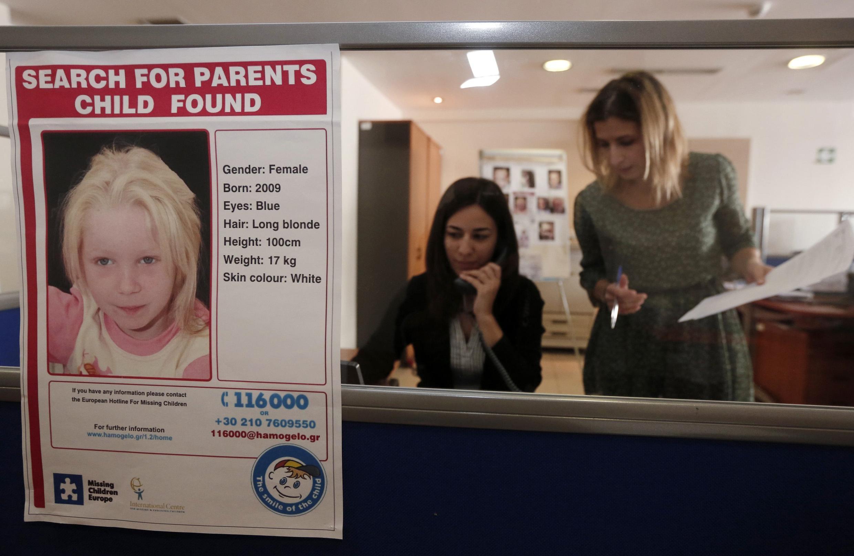 Um cartaz com a foto de Maria é exibido na recepção da entidade social onde a menina se encontra .