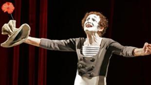 Marcel Marceau, alias le Mime Marceau, lors de son spectacle au Théâtre Garcia Lorca à La Havane le 12 septembre 2005.