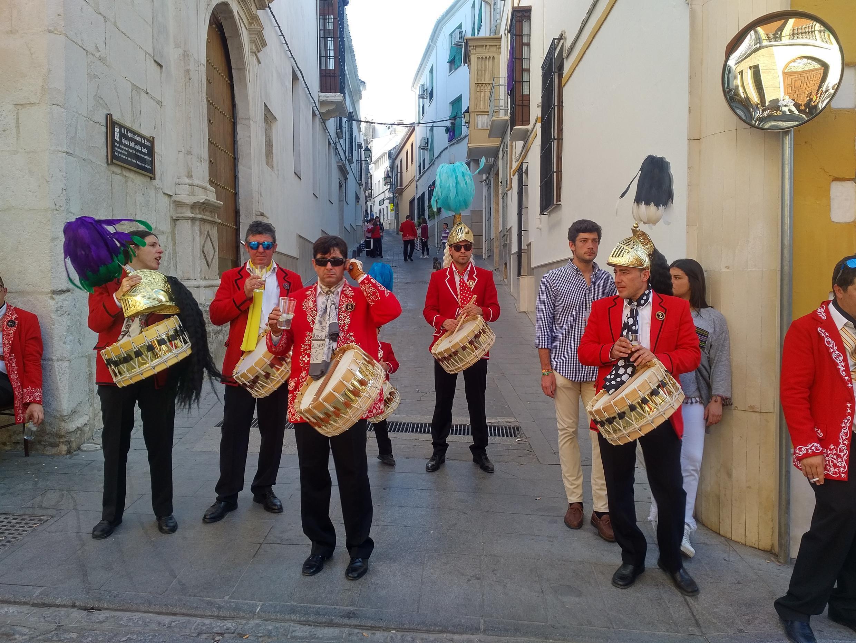 """Los famosos """"judíios"""" de la Semana Santa de Baena con sus chaquetas rojas, cascos con plumas, cola de caballo y el sonoro tambor. Abril 2017."""