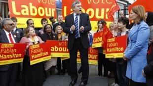 O primeiro-ministro Gordon Brown faz um pronunciamento durante campanha eleitoral de seu partido.