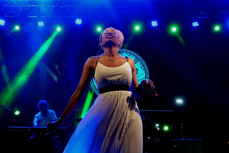 Née en Guinée-Bissau, Monica Pereira était comme à la maison sur la scène de l'Atlantic Music Exp à Praia, sa mère est en effet originaire du Cap-Vert.