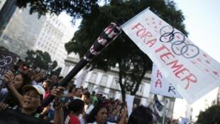 """Waandamanaji wakibebelea bango lililoandikwa """"tunataka rais wa mpito wa Brazil Michel Temer aachie ngazi"""", Julai 31, 2016 Rio de Janeiro."""