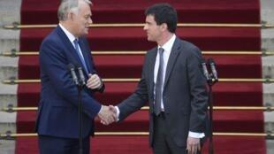 Thủ tướng từ nhiệm Jean Marc - Ayrault và tân Thủ tướng Manuel Valls tại buổi lễ bàn giao chính thức trước điện Matignon hôm 01/04/2014. hôm