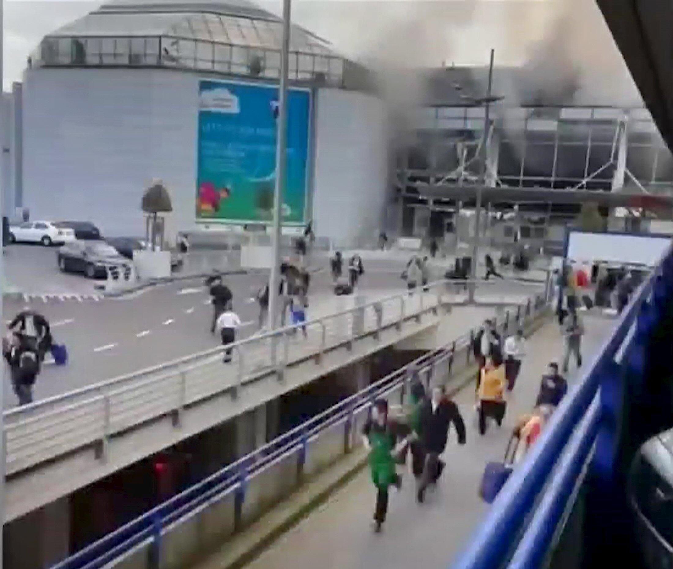 14 pessoas morreram nas duas explosões registradas no saguão de embarque do aeroporto internacional de Zaventem de Bruxelas.