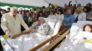 Le pape François a rencontré et béni des personnes malades ou handicapées le 22 septembre 2018 à Vilnius.