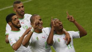 Wachezaji wa Algeria wakisherekea bao