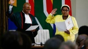 Nosiviwe Mapisa-Nqakula prête serment lors de sa prise de fonction de ministre de la Défense sud-africaine, le 30 mai 2019 à Pretoria.