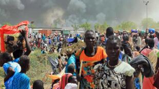 Raia wa Sudan Kusini wakikimbia mapigano baada ya mtu kushambulia kambi ya Umoja wa Mataifa mjini Malakal Februari 18 2016