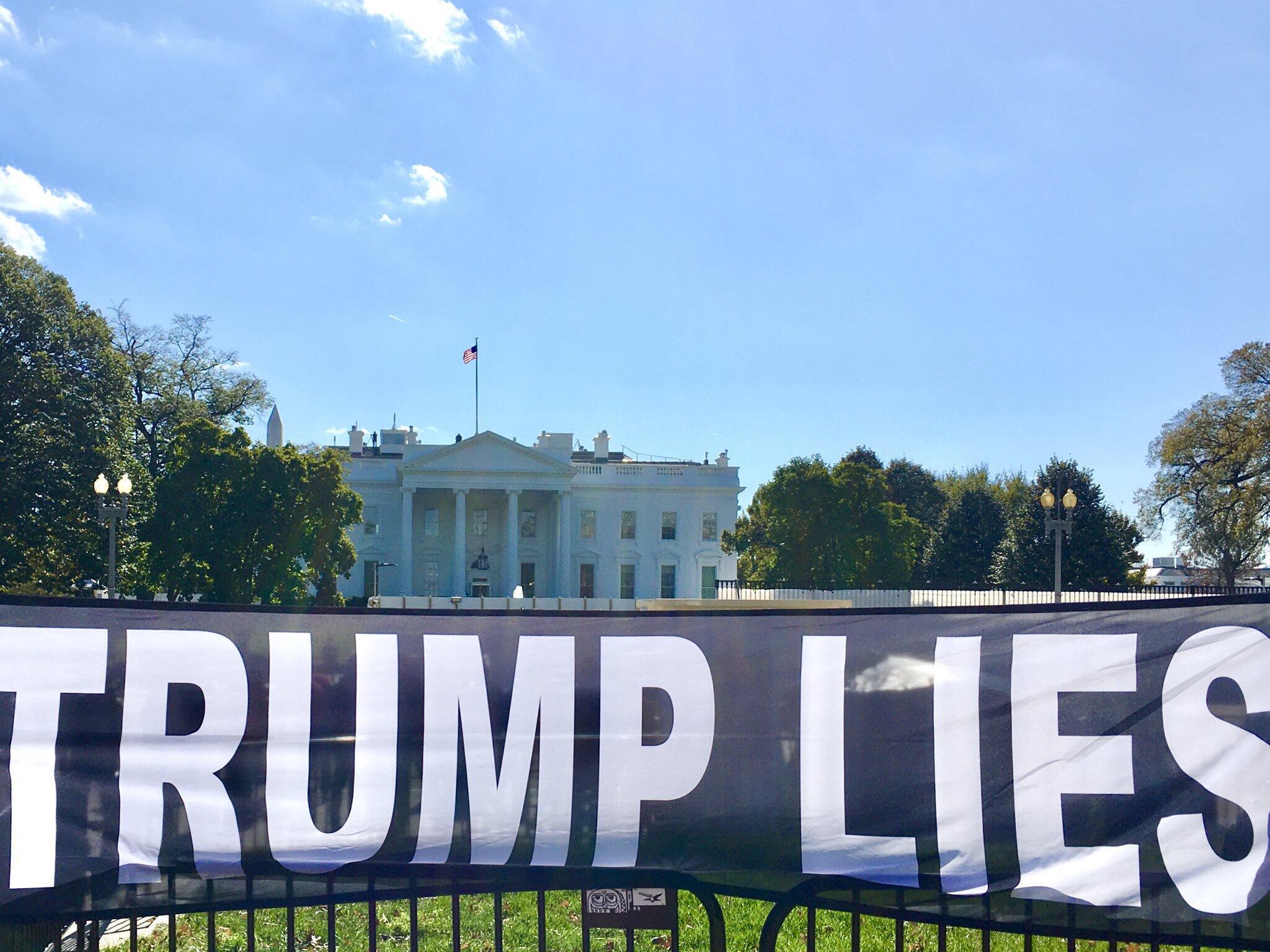 Banderole déployée devant la Maison Blanche, le 3 novembre 2019, à un an de la présidentielle américaine.