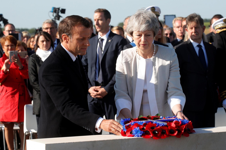 Тереза Мэй и Эмманюэль Макрон заложили будущий мемориал британским солдатам, погибшим в битве за Нормандию