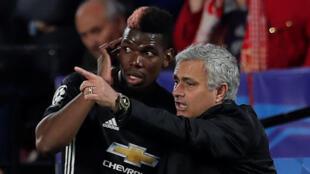 L'entraîneur de Manchester United, José Mourinho, donne ses consignes au Français Paul Pogba.