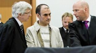 Un des trois prévenus, le Kurde irakien Shawan Sadek Saeed Bujak (C), entouré de ses avocats, au tribunal d'Oslo, le 15 novembre 2011.