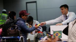 Des médecins cubains partent de l'aéroport de Brasilia pour regagner l'île après l'interruption du programme «Mais médicos» liant les deux pays, le 22 novembre 2018.
