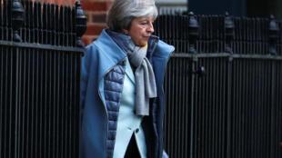 Theresa May está sendo criticada em seu país e também pela União Europeia