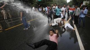 La police a eu recours aux canons à eau et aux grenades lacrymogènes pour disperser les manifestants anti-corruption à New Delhi.