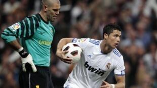 Ronaldo rike da kwallon yana murnan zira kwallo a ragar Barcelona kusa da Víctor Valdés.