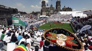 Cette année, la Coupe du monde de football des sans-abris de tient au Zocalo, la place principale de Mexico.