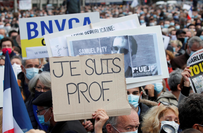 В воскресенье, 18 октября, акции памяти убитого преподавателя прошли по всей Франции