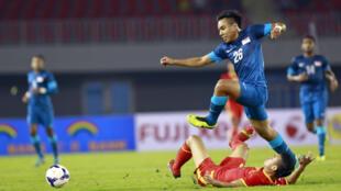 U 23 Việt Nam (áo đỏ) trong trận gặp Singapore ở vòng loại Sea Games 27 tại Naypyitaw ngày 10/12/2013.